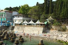 Алупка. Пляж у причала под Воронцовским  дворцом