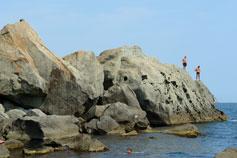 Алупка. Скалы на детском пляже