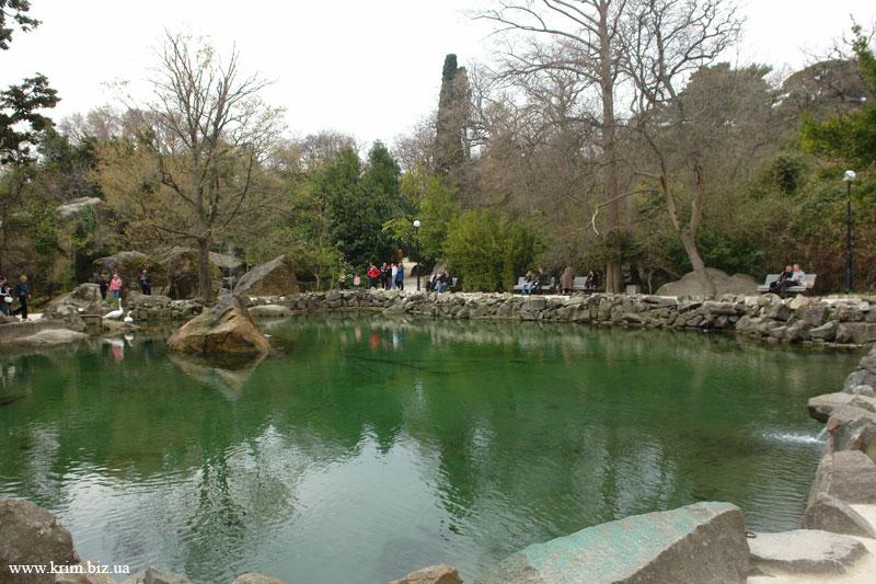 Алупка. Озеро. Парк.