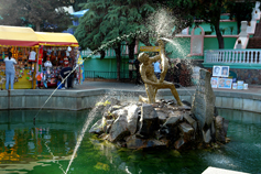 Алушта фонтан Мальчик с рыбой