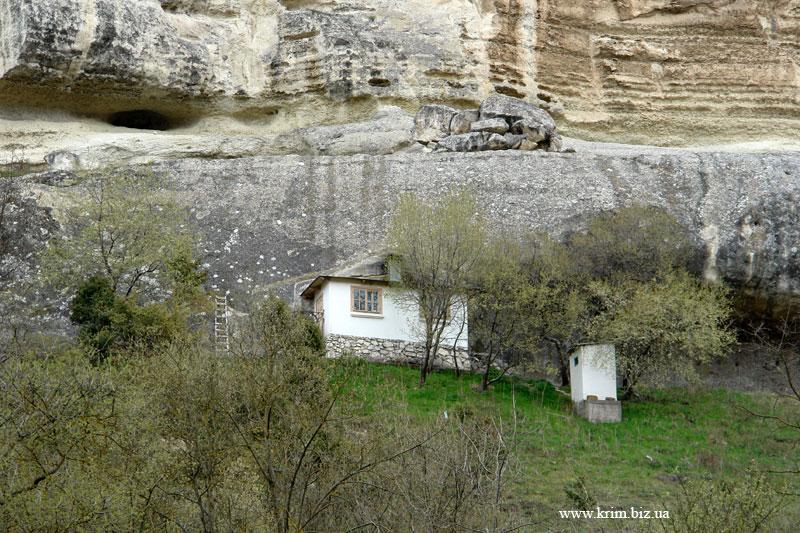 Дом под скалой