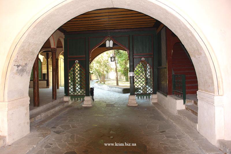 Бахчисарай. Ворота из Фонтанного дворика в Посольский дворик