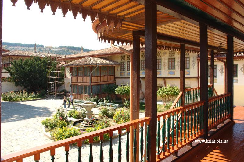 Бахчисарай. Ханский дворец. Вид с балкона на дворцовую площадь