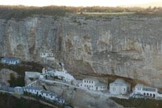 Вид с плато Чуфут Кале на Успенский монастырь