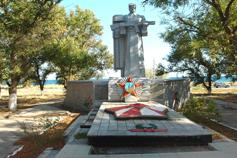 Поселок Береговое. Памятник Аджигольскому десанту