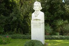 Никитский сад. Памятник Стевену