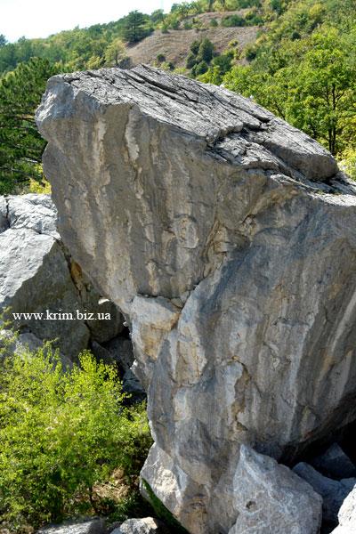 Огромный камень - обломок скалы