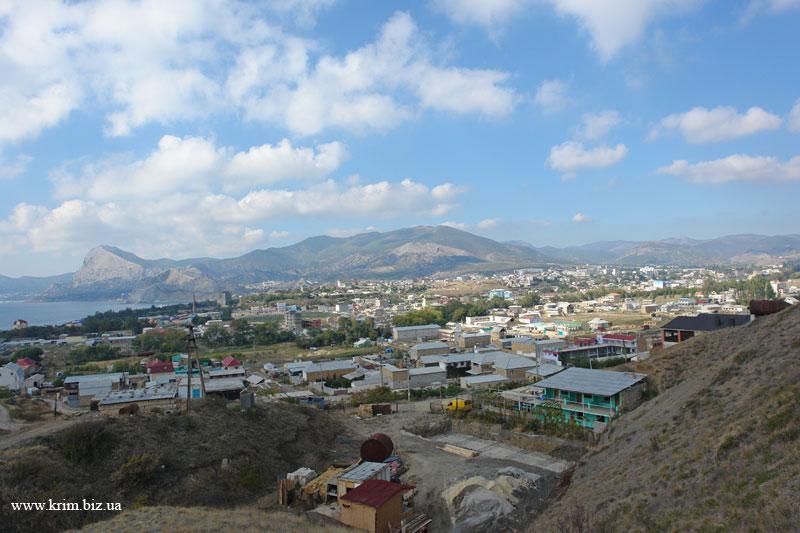 Вид на город Судак со стороны горы Алчак