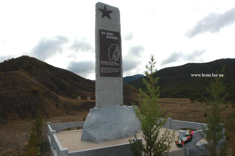 Судак. Посёлок Дачное. Памятник погибшим десантникам в январе 1942 года