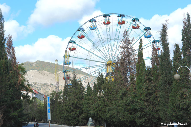Фото Судака. Кипарисовая аллея. Чертово колесо