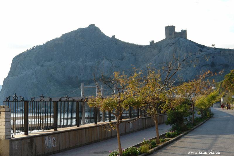 Фото ноябрь 2009. Вид на Судакскую Крепость с Набережной Судака
