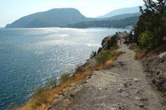 Дорога над обрывом горы Плака. Вид на гору Аю-Даг