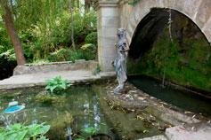 Карасан, фонтан - Девушка с кувшинами