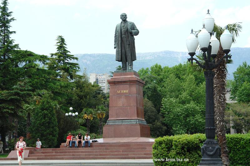 Ялта. Памятник Ленину