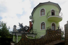 Дом с башней в Ялте на холме Дарсан