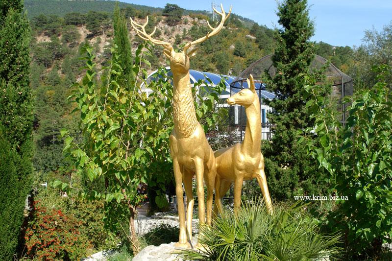 Ялтинский зоопарк Сказка. Скульптура оленя