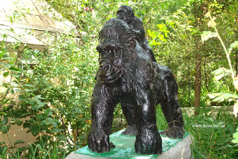 Ялтинский зоопарк Сказка. Скульптура гориллы