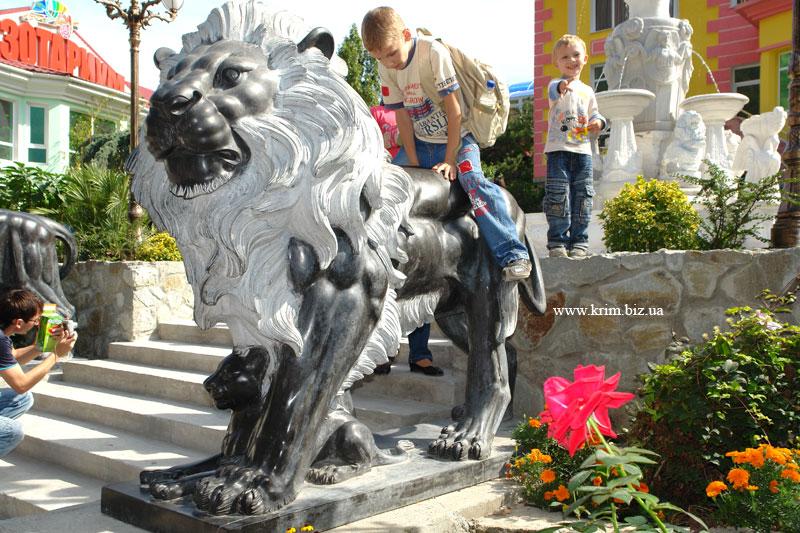 Ялтинский зоопарк Сказка. Скульптура львов