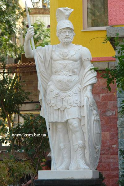 Ялтинский зоопарк Сказка. Скульптура греческого  бога войны Ареса