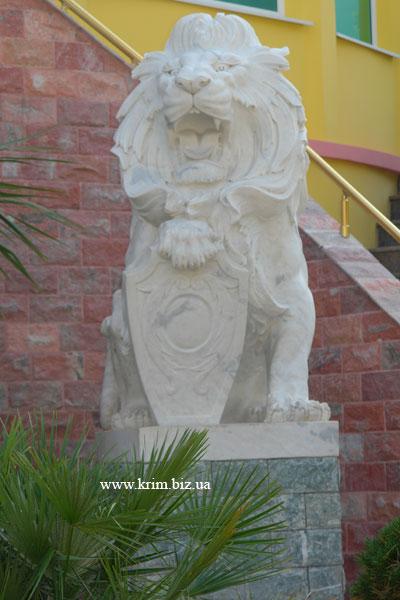 Ялтинский зоопарк Сказка. Стилизованный лев